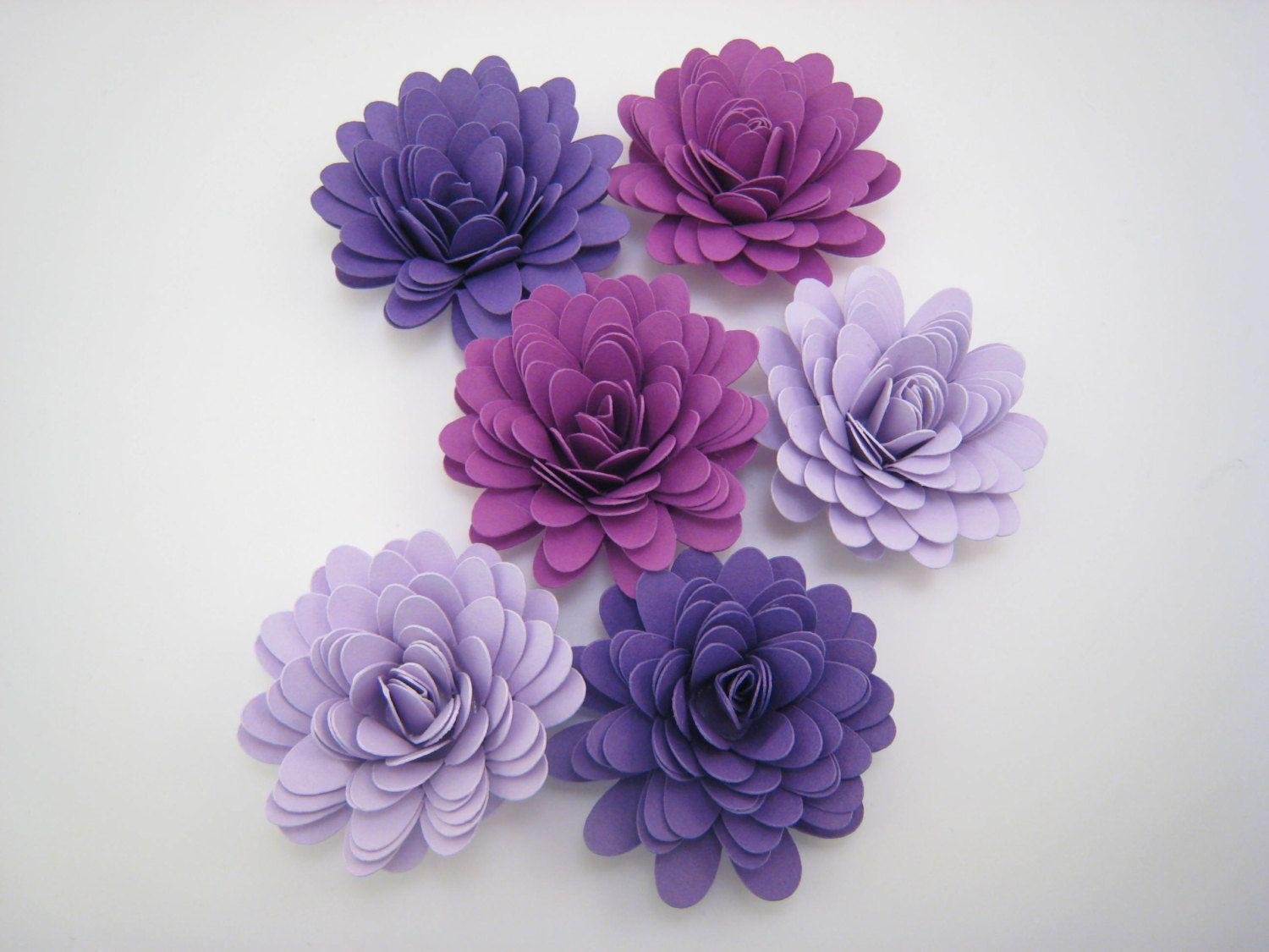 "Flores em papel – 30 unidades por R$53,63 no <a href=""https://www.etsy.com/pt/listing/178358259/paper-flowers-flower-embellishments?ref=related-3"" target=""_blank"">Etsy</a>"