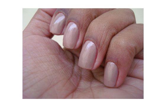 A pele negra necessita de tons mais intensos para que o esmalte se destaque. Porém, quem gosta de tons discretos pode optar pelo marrom e nude.