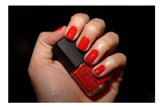 O vermelho é outra cor coringa quando se trata de esmaltes. Seus diversos tons permitem combiná-lo com cada pele.