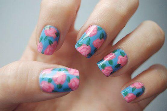 A decoração floral feita com pincel também é uma ótima opção
