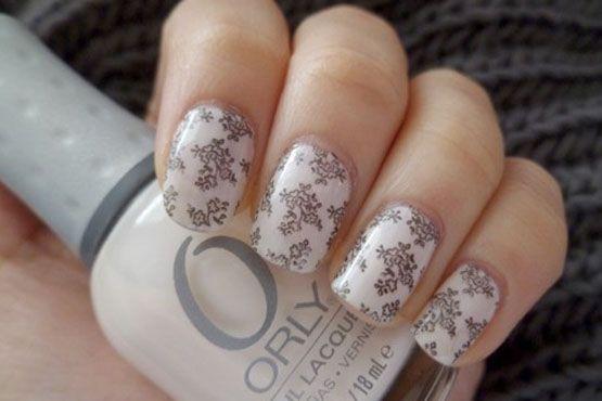 Carimbo floral em cores suaves é uma boa opção para a unha da noiva