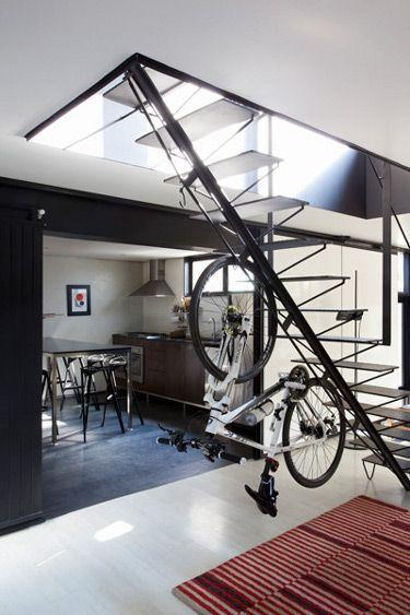"Foto: Reprodução / <a href=""http://www.digsdigs.com/how-to-store-your-bike-5-brilliant-ways-and-37-examples/"" target=""_blank"">Digs Digs</a>"