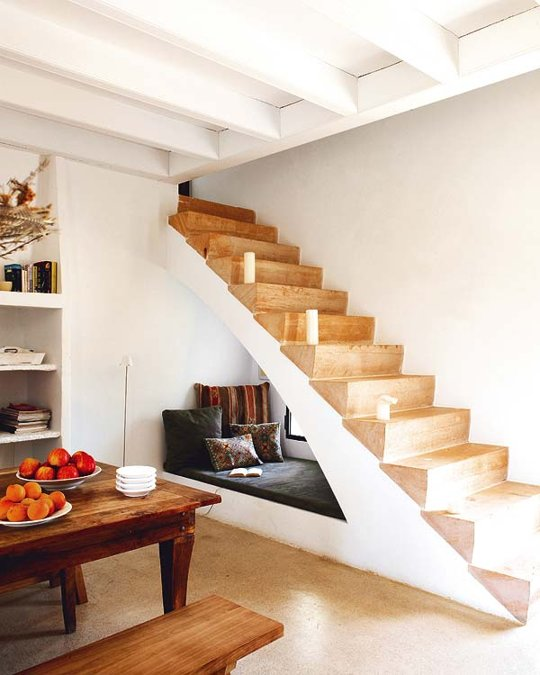"Foto: Reprodução / <a href=""http://blog.propertypal.com/8-creative-uses-for-the-space-under-your-stairs/"" target=""_blank"">Street Smart</a>"