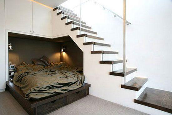 "Foto: Reprodução / <a href=""http://freshome.com/2010/11/10/15-elegant-and-creative-ways-to-maximize-space-under-your-stairs/"" target=""_blank"">Freshome</a>"