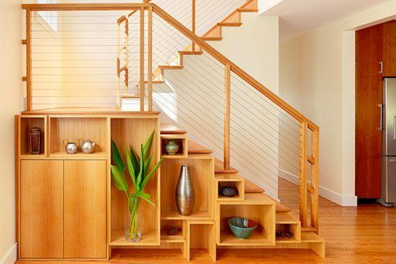 "Foto: Reprodução / <a href=""http://www.houselogic.com/photos/home-improvement/under-stairs-storage-solutions-pictures/slide/visual-treat-for-a-small-home/"" target=""_blank"">Houselogic</a>"