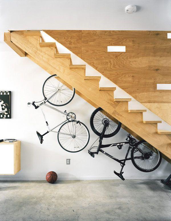 """Foto: Reprodução / <a href=""""http://freshome.com/2012/04/12/30-under-stair-shelves-and-storage-space-ideas/"""" target=""""_blank"""">Freshome</a>"""
