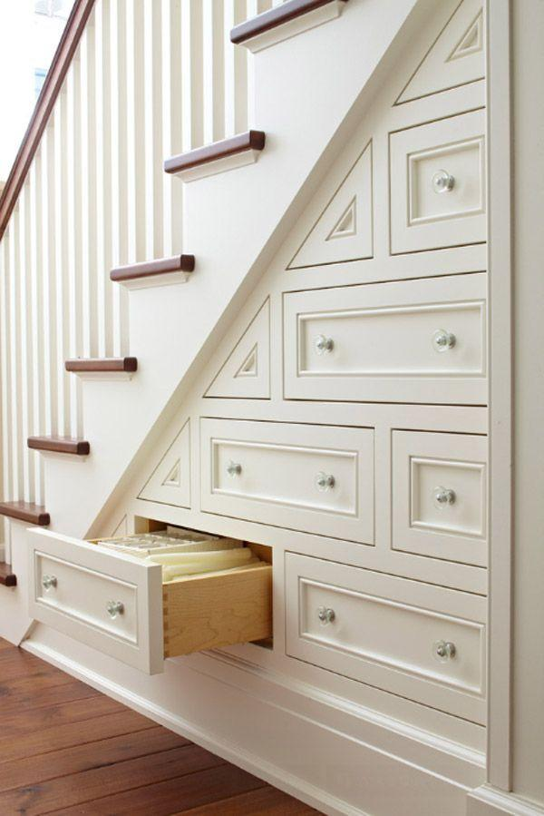 "Foto: Reprodução / <a href=""http://www.onekindesign.com/2014/04/04/60-unbelievable-under-stairs-storage-space-solutions/"" target=""_blank"">Onekindesign</a>"