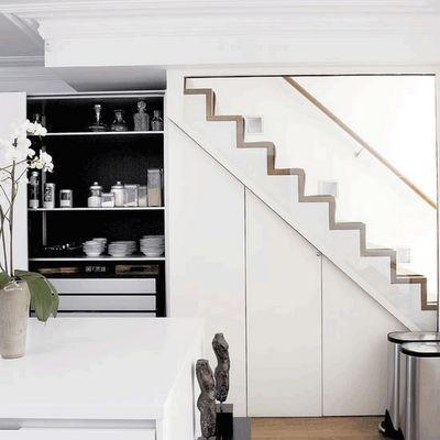 "Foto: Reprodução / <a href=""http://www.shelterness.com/10-under-stairs-storage-space-ideas/pictures/1545/"" target=""_blank"">Shelterness</a>"