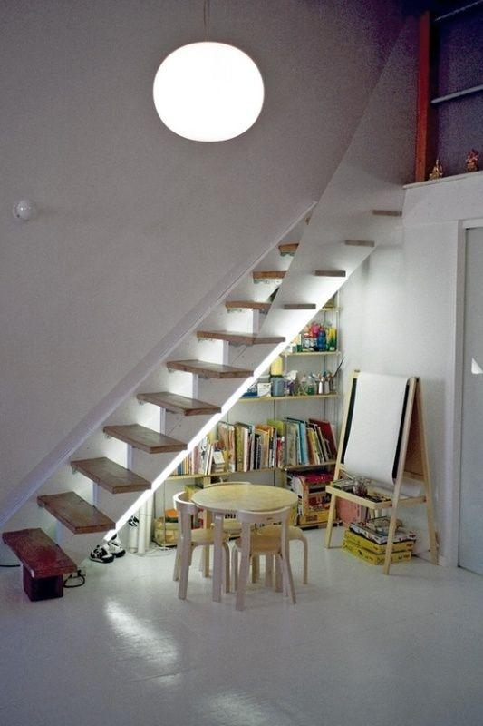 "Foto: Reprodução / <a href=""http://www.kidsomania.com/9-cool-ideas-for-kids-playing-area-under-the-stairs/"" target=""_blank"">Kidsomania</a>"