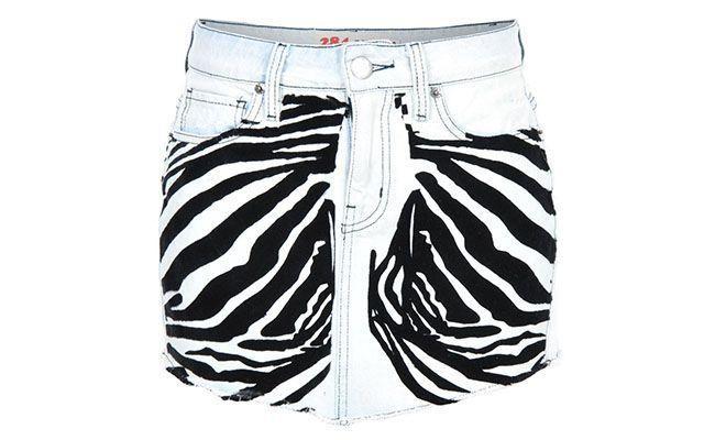 """Saia de zebra 284 por R$158,40 na <a href=""""http://www.glamour.com.br/saia-284-jeans-flocado-claro-zebra-183057/p"""" target=""""blank_"""">Glamour</a>"""