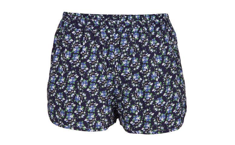 """Short Cora por R$48,30 na <a href=""""http://ad.zanox.com/ppc/?29469661C54125010&ULP=[[http://www.glamour.com.br/short-cora-c-flor-visco-floral-marinho-231939/p?cmp=718&utm_campaign=home_hu&utm_source=zanox_zanox&utm_medium=zanox&utm_content=]]"""" target=""""_blank"""">Glamour</a>"""