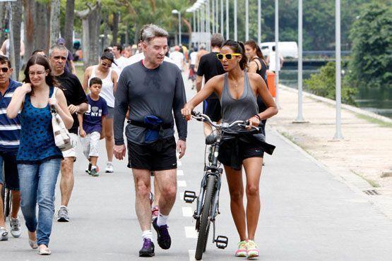 Para manter a forma, Flávia e o namorado Eike Batista pedalam e fazem caminhada na Lagoa Rodrigo de Freitas, no Rio de Janeiro.
