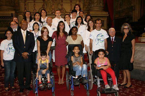 Ao lado de crianças e voluntários da ONG Instituto Consciência, da qual é uma das fundadoras.