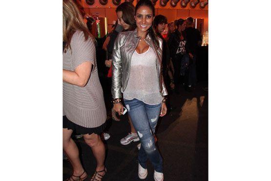 Look mais casual, com jeans, tênis, camiseta e jaqueta.