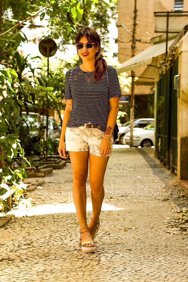 """Foto: Reprodução / <a href=""""http://modices.com.br/moda/look-de-outro-dia-camiseta-short-e-sandalia-plataforma/"""" target=""""_blank"""">Modices</a>"""