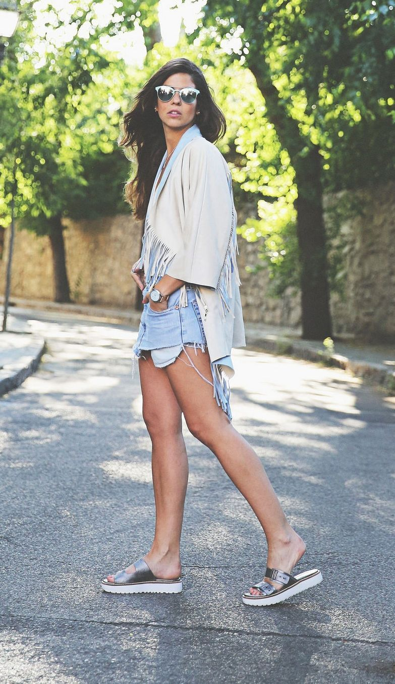 "Foto: Reprodução / <a href=""http://www.trendytaste.com/beige-and-blue-outfit/"" target=""_blank"">Trendy-Taste</a>"