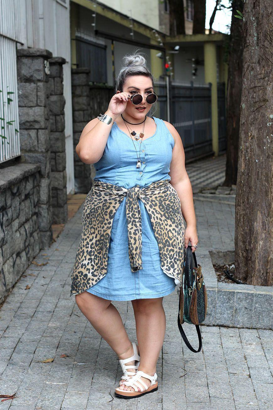 """Foto: Reprodução / <a href=""""http://juromano.com/looks/vestido-jeans-plus-size-lindo-e-confortavel-na-posthaus-e-com-precinho-amigo"""" target=""""_blank"""">Ju Romano</a>"""