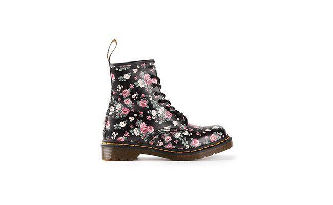 """Bota Dr. Martens por R$1080 na <a href=""""http://www.farfetch.com/br/shopping/women/248821-designer-dr-martens-floral-print-boot-item-10641483.aspx?storeid=9544&ffref=lp_21_"""" target=""""blank_"""">Farfetch</a>"""
