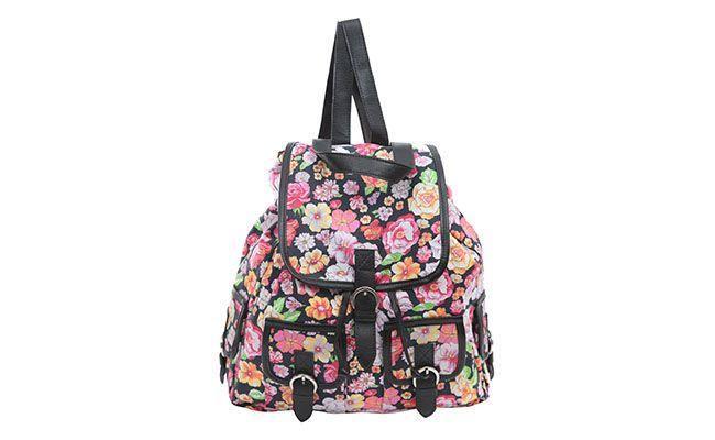 """Mochila Sthephanie por R$375 na <a href=""""http://www.e-closet.com.br/item/mochila-floral-preto-stephanie-10536.html"""" target=""""blank_"""">E-Closet</a>"""