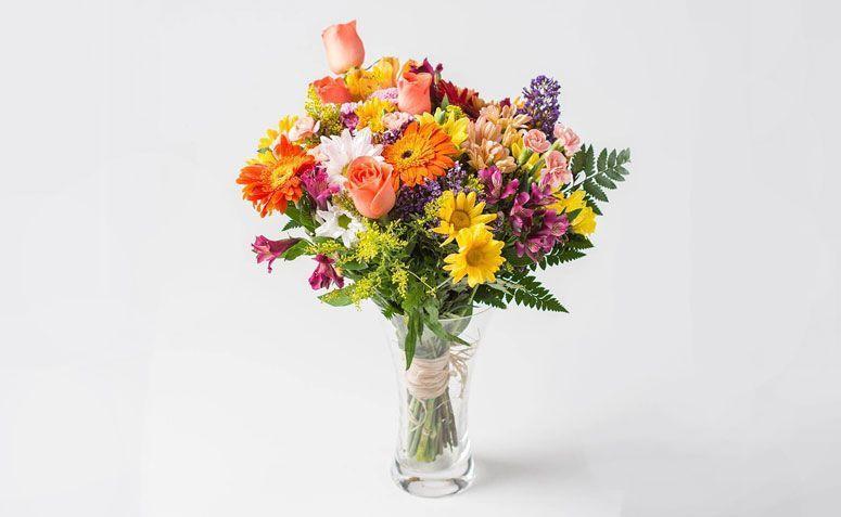 """Arranjo médio flores do campo com vaso por R$ 159,90 na <a href=""""http://www.isabelaflores.com/arranjo-mediano-flores-do-campo-coloridas-em-vaso.html"""" target=""""_blank"""">Isabela Flores</a>"""