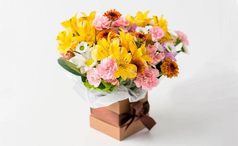 "Arranjo de flores do campo coloridas por R$ 119,90 na <a href=""http://www.isabelaflores.com/tipos-de-arranjos/arranjos-de-flores/arranjos-de-flores-do-campo-coloridas/arranjo-de-flores-do-campo-coloridas.html"" target=""_blank"">  Isabela Flores</a>"