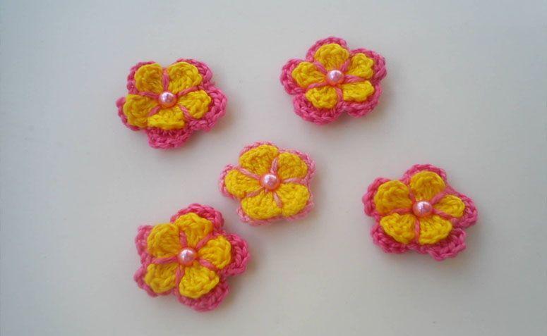 """Flores de crochê amarela e rosa por R$3,00 no <a href=""""http://www.elo7.com.br/flor-de-croche/dp/459BA8#pso=up&osbt=b-o&df=d&fatc=1&ss=0&sv=0&uso=d&fvip=1&hsn=0&smk=0"""" target=""""blank_"""">Elo7</a>"""