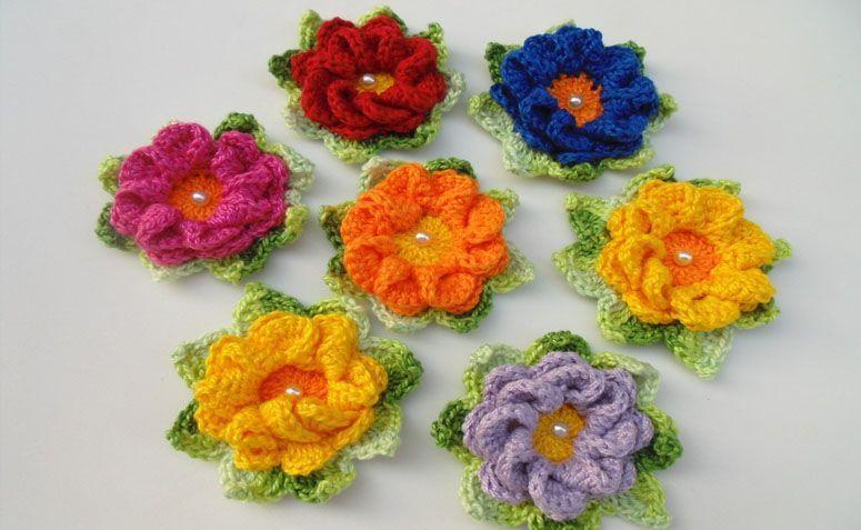 "Flor de crochê colorida por R$6,00 no <a href=""http://www.elo7.com.br/flor-de-croche-caracol-2/dp/5D1A36#df=d&fatc=1&uso=d&fvip=1"" target=""blank_"">Elo7</a>"