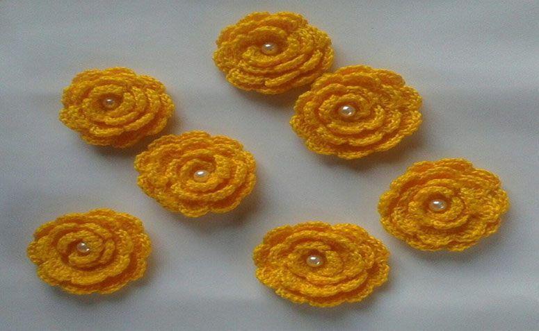 """Flores de crochê com pérola por R$3,50 no <a href=""""http://www.elo7.com.br/flores-de-croche-com-perola/dp/682A9A#pso=up&osbt=b-o&df=d&fatc=1&ss=0&sv=0&uso=d&fvip=1&hsn=0&smk=0"""" target=""""blank_"""">Elo7</a>"""