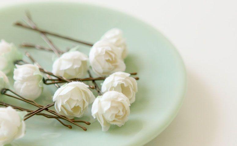 "Grampos com rosas por R$53,24 no <a href=""https://www.etsy.com/pt/listing/116783195/white-rose-bobby-pins-flower-hair-clips?ref=market"" target=""_blank"">Etsy</a>"