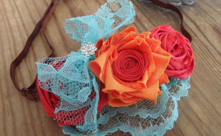 "Headband com flores por R$14,79 <a https://www.etsy.com/pt/listing/81545150/fabric-flower-headband-tutorial-no-sew?ref=market"" target=""_blank"">Etsy</a>"
