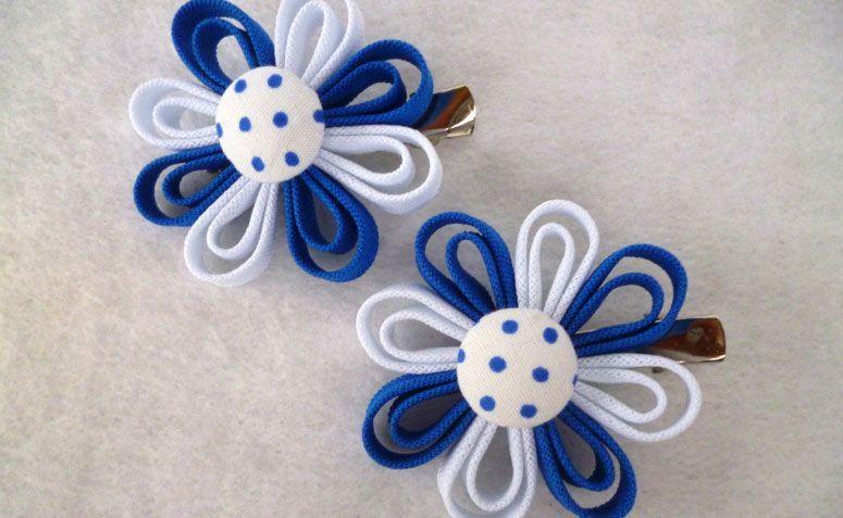 """Presilha com Flor de tecido por R$ 6,90 na <a href=""""http://www.elo7.com.br/par-de-bico-de-pato-azul-e-branco/dp/4677FA#df=d&uso=d&pso=cp&osbt=b-o&cf=0&nqs=1"""" target=""""_blank""""> Elo7</a>"""