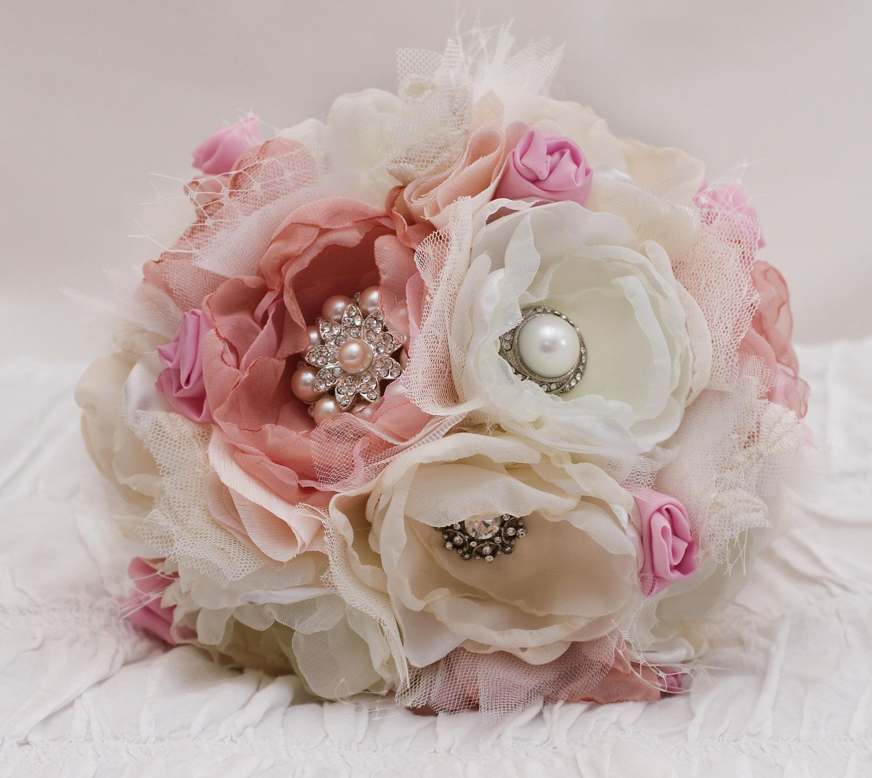 "Foto: Reprodução / <a href="" http://flowers-kid.com/fabric-flowers-wedding-bouquet.htm"" target=""_blank"">Flowers Kid</a>"
