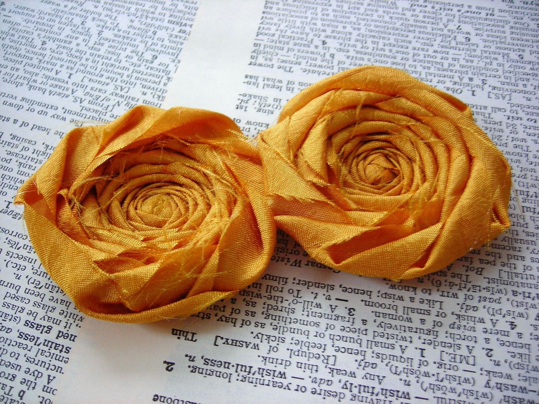 "Foto: Reprodução / <a href="" https://www.etsy.com/pt/listing/129336456/mustard-wedding-silk-fabric-flower?ref=shop_home_active_6 "" target=""_blank""> Belle Rose Design </a>"