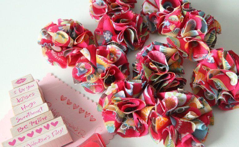 "Foto: Reprodução / <a href=""http://thenghiems.com/2015/45-cute-fabric-valentine-day-craft-ideas/cute-fabric-valentine-day-craft-ideas-with-fabric-flower-barettes/"" target=""_blank"">Theng Hiem</a>"