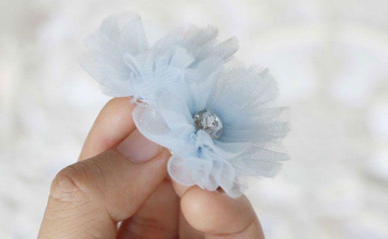 "Foto: Reprodução / <a href=""http://www.jewelboxballerina.com/ruffled-blossom-fabric-flower-tutorial-instant-ebook-download/"" target=""_blank""> Jewel Box Ballerina</a>"