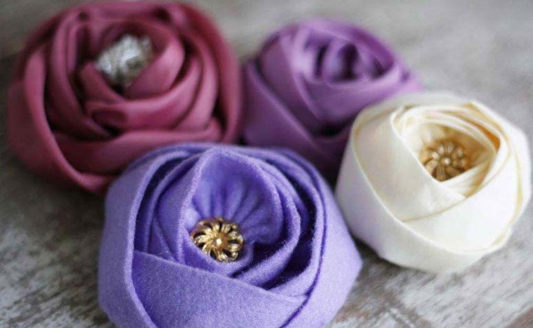 "Foto: Reprodução / <a href=""http://www.jewelboxballerina.com/sinta-rose-felt-flower-and-fabric-flower-tutorials-instant-ebook-download/"" target=""_blank""> Jewel Box Ballerina</a>"