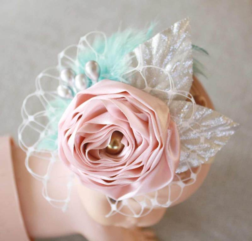 "Foto: Reprodução / <a href=""http://www.jewelboxballerina.com/how-to-make-a-fabric-flower-elastic-baby-headband-with-feathers-and-birdcage-veil-tutorial/"" target=""_blank""> Jewel Box Ballerina</a>"