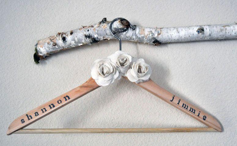 "Foto: Reprodução / <a href="" http://threeboysandamom.com/2011/08/30/new-on-etsy-fabric-flowers-wedding-dress-hanger/"" target=""_blank""> Three Boys and a Mom </a>"