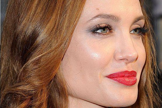 A atriz utilizou iluminador para realçar as maçãs do rosto e o osso abaixo da sobrancelha.