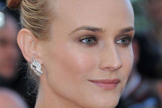 A atriz optou por um blush iluminado para realçar e aumentar as maçãs do rosto.