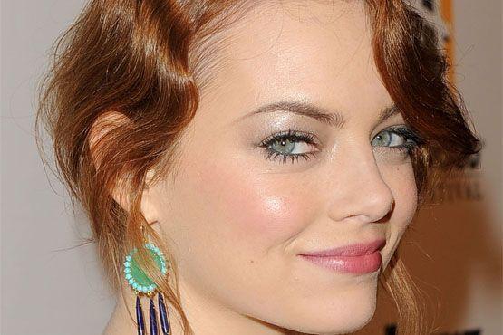 Sobrancelha iluminada e maçãs do rosto em evidência na make da atriz Emma Stone.