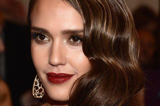 """Jessica Alba apostou na iluminação da zona """"T"""" do rosto, deixando-o iluminado por completo."""