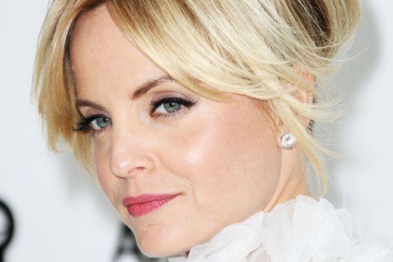 Com um iluminador mais suave puxado para o tom de prata, a atriz escolheu realçar as áreas das têmporas e a ponta do nariz.