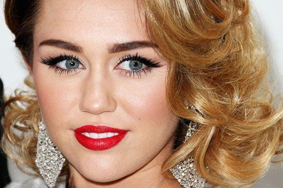A cantora e atriz Miley Cyrus optou por um iluminador mais suave realçando apenas as maçãs do rosto.