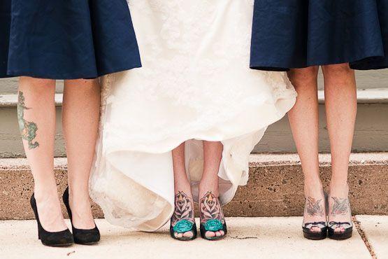 Aposte em vestidos que enfatizem as tatuagens