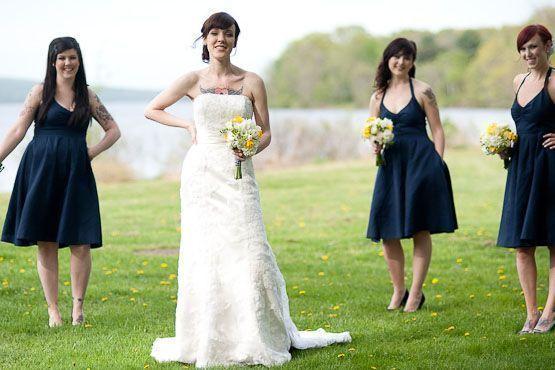 Noiva e madrinhas, algumas também tatuadas