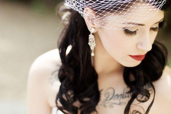 O combo delineador gatinho e batom vermelho deixa a noiva tatuada ainda mais deslumbrante