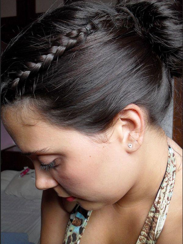 """Reprodução/<a href=""""http://claudinhastoco.com/guia-do-cabelo-coque-com-tranca-lateral/"""" target=""""_blank"""">Claudinha Stoco</a>"""