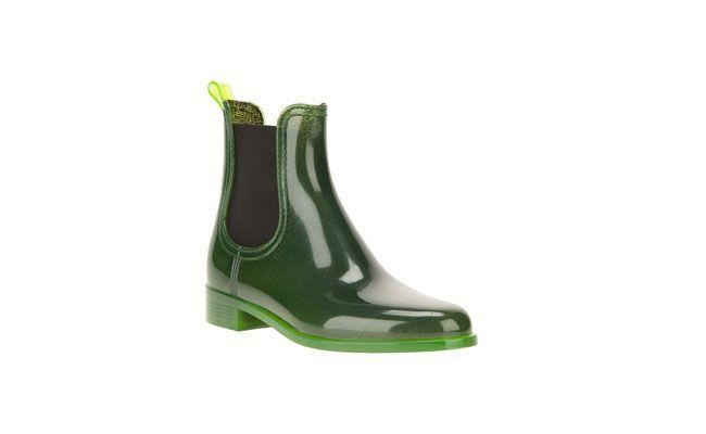 "Galocha verde Jeffrey Campbell por R$470,00 na <a href=""http://www.farfetch.com/br/shopping/women/jeffrey-campbell-chelsea-rain-boots-item-10565871.aspx?storeid=9129&ffref=lp_1_"" target=""_blank""> Farfetch</a>"