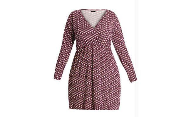 """Vestido decote em """"V"""" Quintess por R$89,99 na <a href=""""http://www.posthaus.com.br/moda/vestido-decote-v-estampa-gravataria-plus-size_art176309_3.html"""" target=""""blank_"""">Posthaus</a>"""
